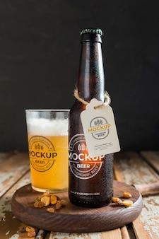Cerveja fresca em um arranjo mock-up de garrafa