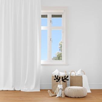 Cesta de vime e brinquedos de pelúcia perto de cortinas