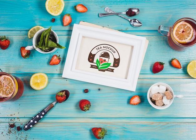 Chá da manhã com mock-up de frutas cítricas e morangos