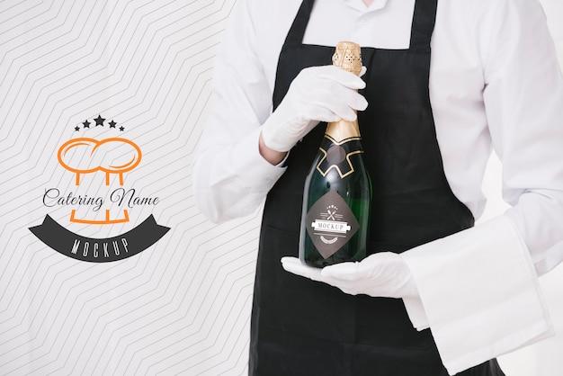 Champanhe ao lado do marcador de nome de catering