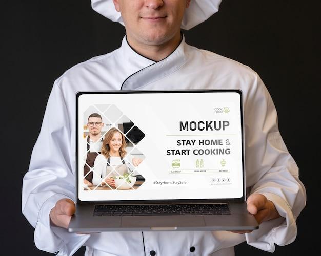 Chef de close-up segurando laptop