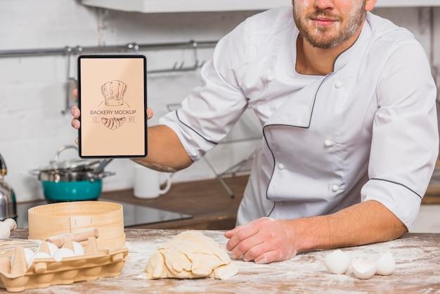 Chef de frente para a maquete da cozinha