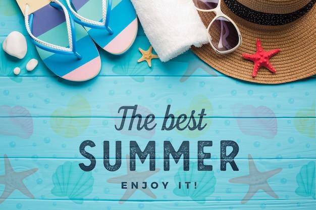Chinelos de verão vista superior com toalha e óculos de sol
