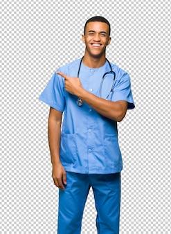 Cirurgião médico homem apontando para o lado para apresentar um produto