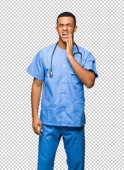 Cirurgião médico homem com dor de dente