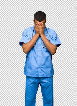 Cirurgião médico homem com expressão cansado e doente
