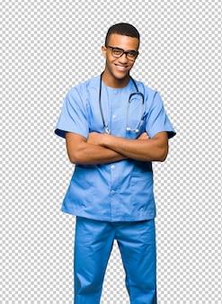 Cirurgião médico homem com óculos e sorrindo
