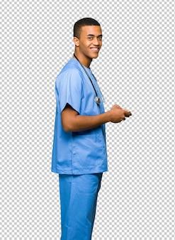 Cirurgião médico homem enviando uma mensagem com o celular