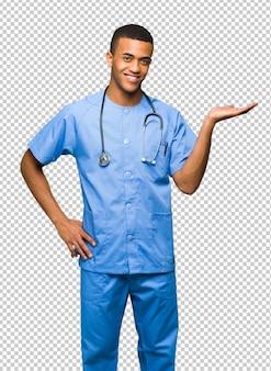 Cirurgião médico homem segurando copyspace imaginário na palma da mão para inserir um anúncio