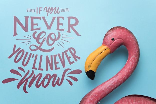 Citação de rotulação motivacional para férias viajando conceito com flamingo rosa