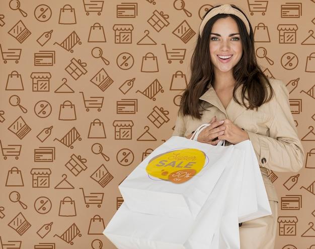 Cliente feliz da mulher do tempo da compra