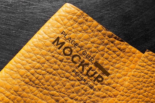 Close de couro amarelo