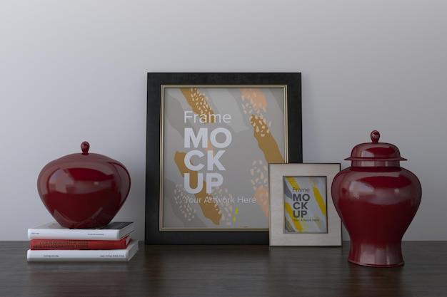 Close de quadros com vasos na maquete de quadro de prateleira