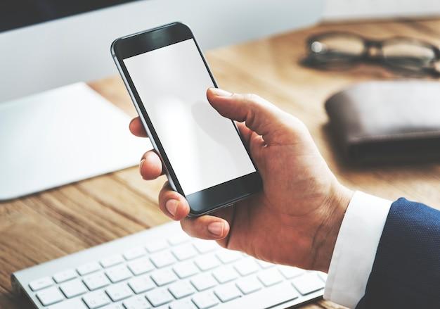 Close de um empresário com smartphone