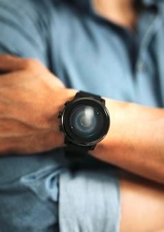 Close de um smartwatch na maquete de pulso de um homem