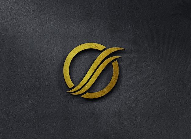 Close dourado na bela maquete do logotipo na parede em vidro