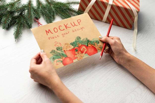 Close-up com as mãos segurando um cartão