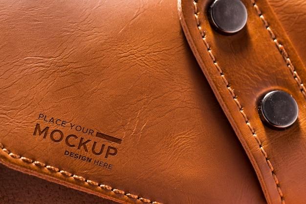 Close-up de couro marrom com alça e botões