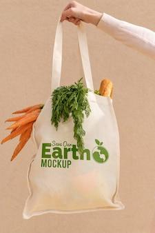 Close-up de mão segurando uma sacola com vegetais