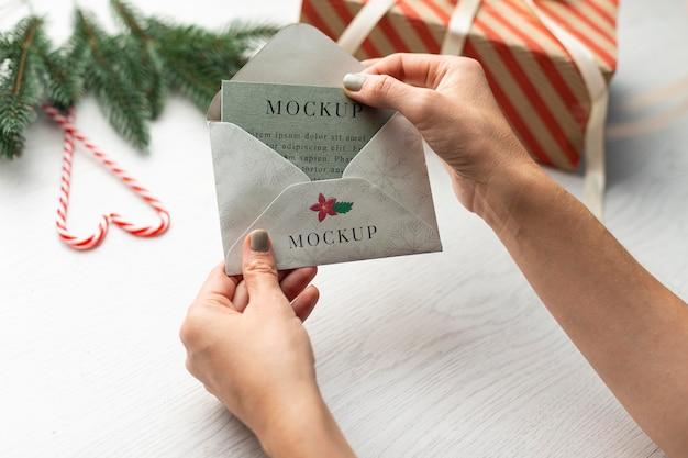 Close-up de mãos segurando um envelope com um cartão