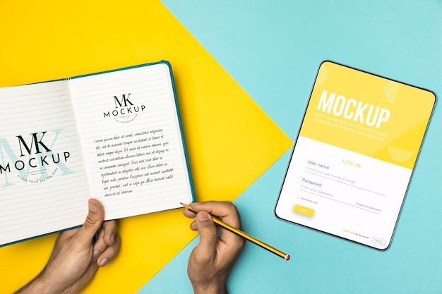 Close-up de mãos segurando um lápis e um caderno