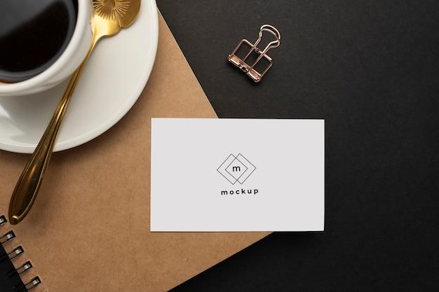 Close-up de um cartão de visita em um desktop empresarial
