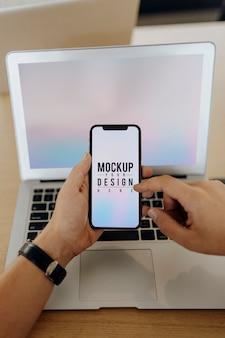 Close-up, de, um, homem, desbloqueio, um, telefone móvel
