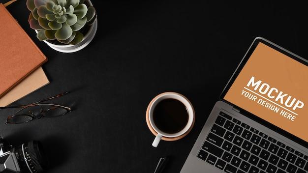 Close-up em tablets digitais e modelos de notebooks