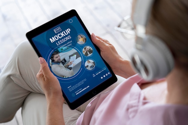 Close-up em uma pessoa idosa usando maquete de dispositivo digital