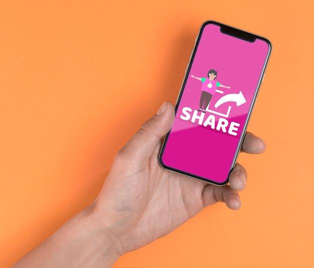 Close-up homem segurando smartphone com mensagem de compartilhamento
