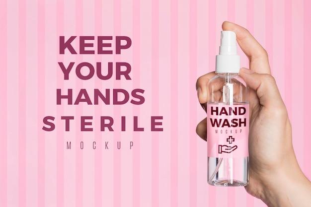 Close-up mão segurando desinfetante para as mãos