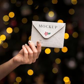 Close-up mão segurando envelope