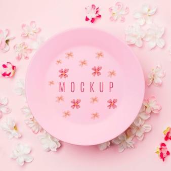 Close-up maquete de placa de tinta rodeada por flores de jasmim