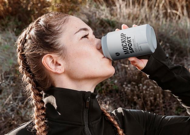 Close-up mulher bebendo em lata