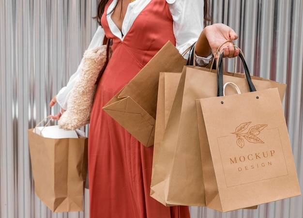 Close-up mulher segurando sacolas