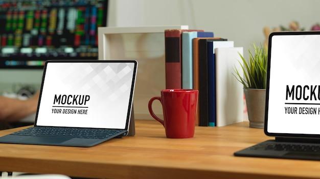 Close-up na área de trabalho com maquete de laptop