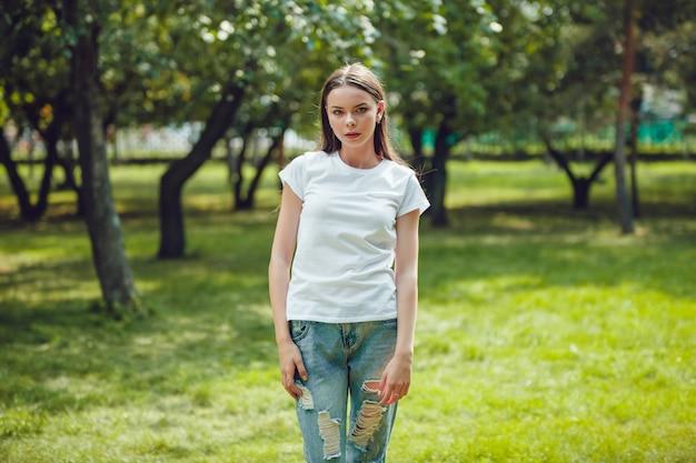 Close-up na bela jovem em maquete de t-shirt