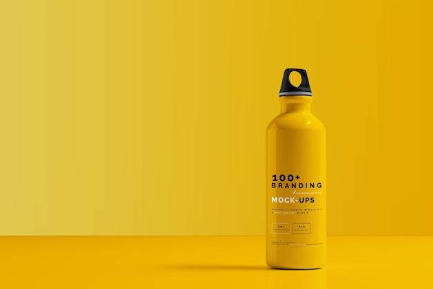 Close-up na embalagem de maquete de garrafa de água de alumínio