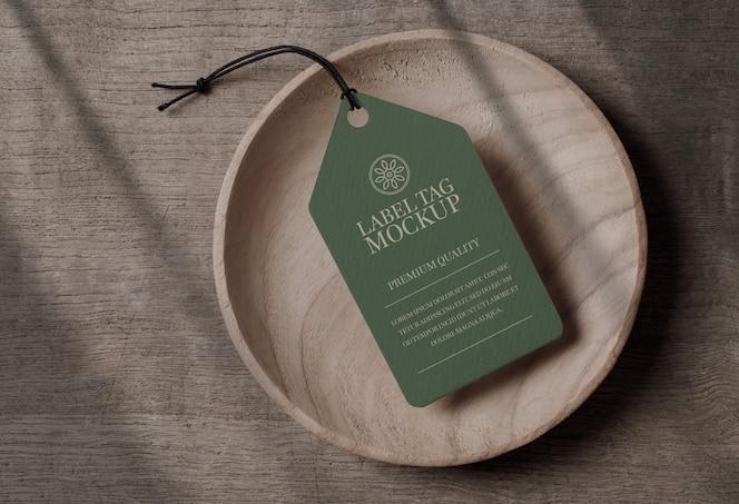Close-up na maquete da etiqueta do rótulo em uma tigela de madeira
