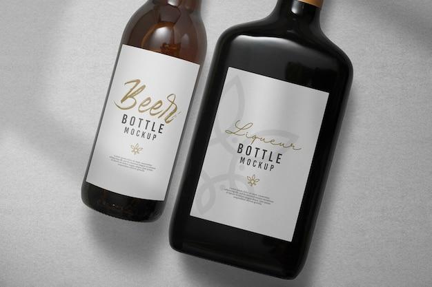 Close-up na maquete da garrafa de cerveja e licor