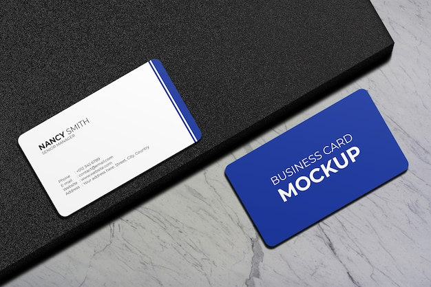 Close-up na maquete de cartão de visita de canto arredondado