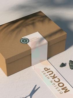 Close-up na maquete de papelão com fita adesiva