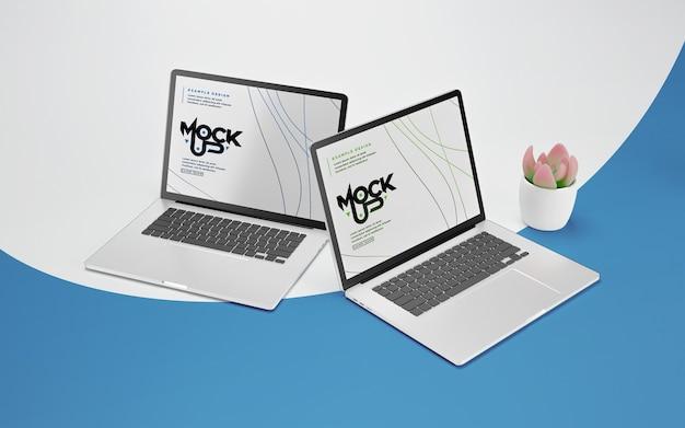 Close-up na maquete do laptop com planta em vaso