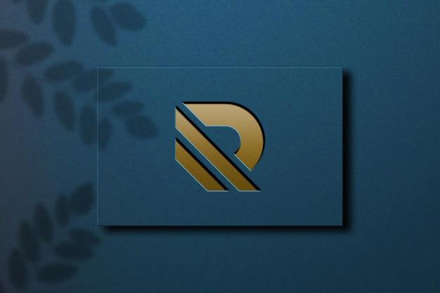 Close-up na maquete do logotipo com desenho dourado