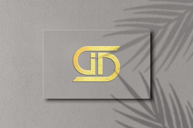 Close-up na maquete do logotipo com relevo em folha de ouro