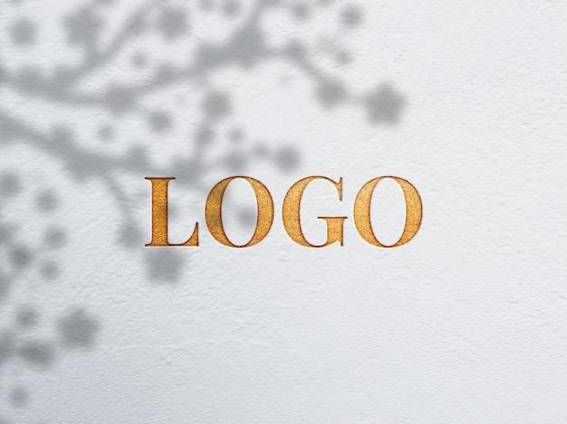 Close-up na maquete do logotipo da folha de ouro