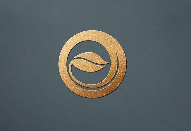 Close-up na maquete do logotipo dourado de luxo