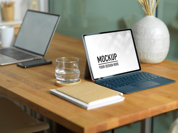 Close-up na mesa de trabalho com maquete de tablet digital