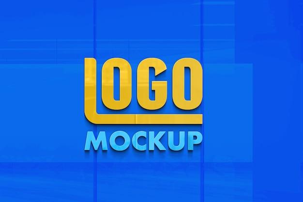 Close-up na placa de maquete do logotipo em uma parede de vidro