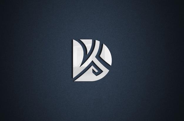 Close-up na placa do logotipo em uma maquete de parede preta